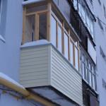 Остекление балкона деревом