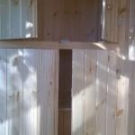 Встроенный деревянный шкаф на лоджии для хранения.