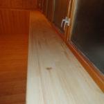 Деревянный подоконник на лоджии
