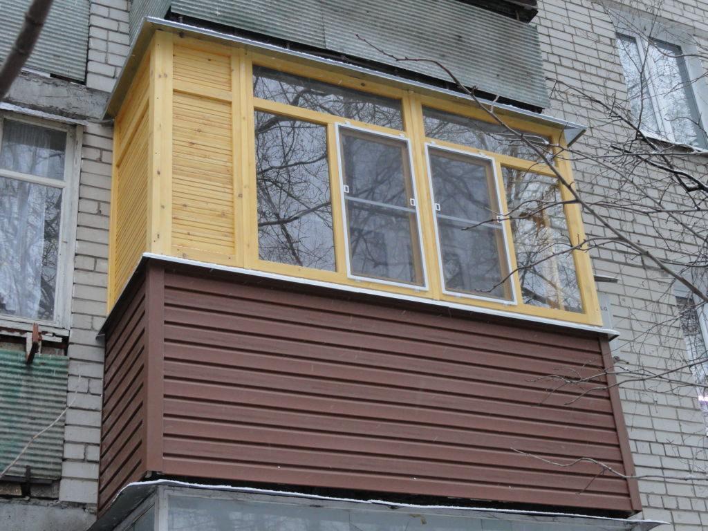 Балкон с деревянными окнами