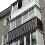 Балкон с коричневым сайдингом