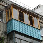 Балкон с бирюзовым сайдингом